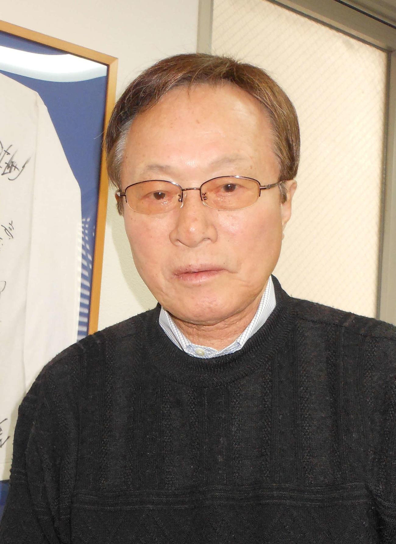 2020年3月、五輪代表メンバーのサイン入りユニホームを前に思い出を語る釜本邦茂氏