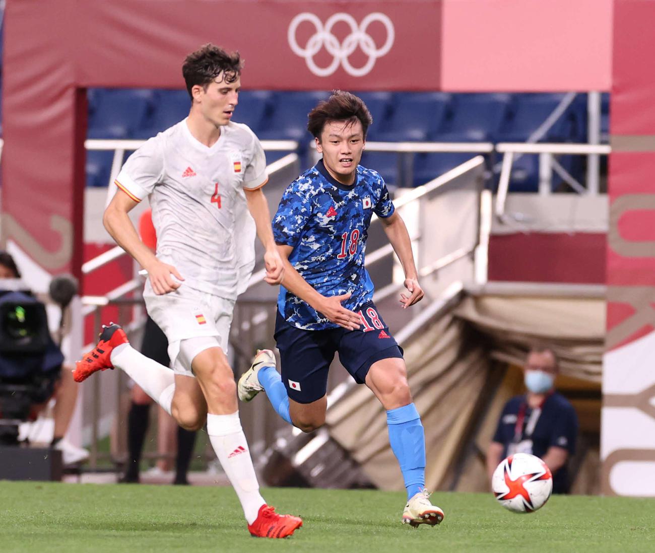 日本対スペイン 後半、ボールを追う上田(撮影・河野匠)