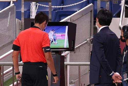 日本対スペイン 後半、VARで確認をする審判と、その様子を見る森保監督(撮影・河野匠)