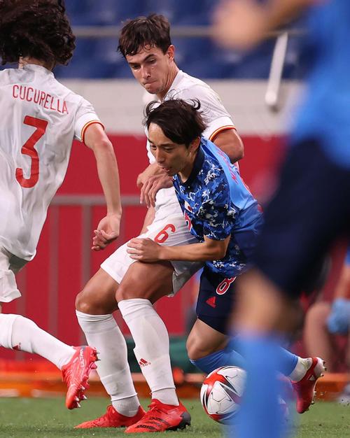 日本対スペイン 延長前半、激しく競り合う三好(撮影・河野匠)