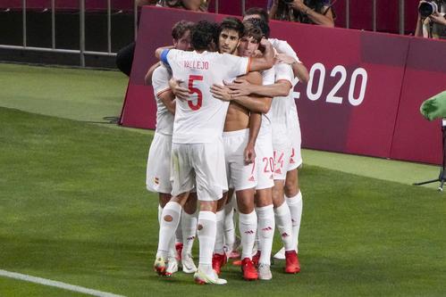 延長後半、マルコ・アセンシオがゴールを決め、喜ぶスペイン代表の選手たち(AP)