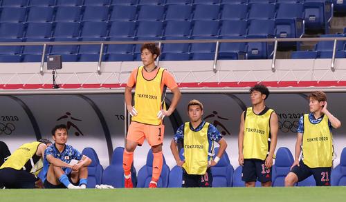 日本対スペイン 延長の末スペインに敗れ、ぼうぜんとする、左から久保、GK大迫、堂安、旗手、瀬古(撮影・河野匠)