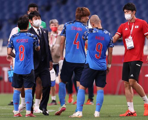 日本対スペイン 延長の末スペインに敗れたイレブンをねぎらう森保監督(左から2人目)(撮影・河野匠)