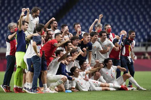決勝進出を決め、記念撮影をするスペイン代表の選手たち(AP)