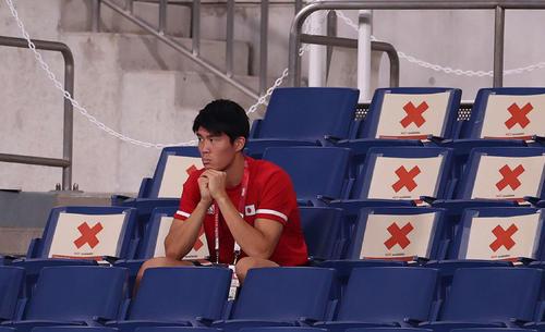 日本対スペイン 試合前練習をスタンドから見つめる冨安(撮影・河野匠)