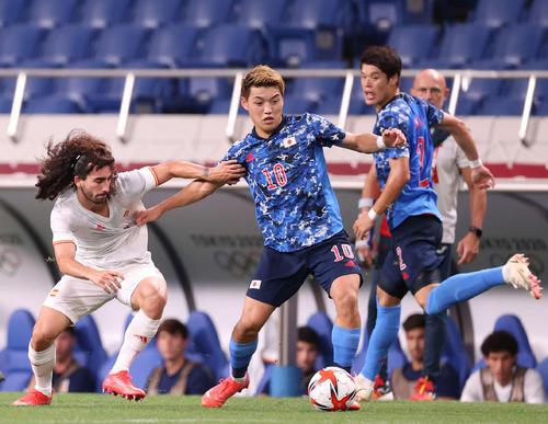 日本対スペイン 前半、ククレリャ(左)と競り合いながらボールをキープする堂安(中央)。右は酒井(撮影・河野匠)