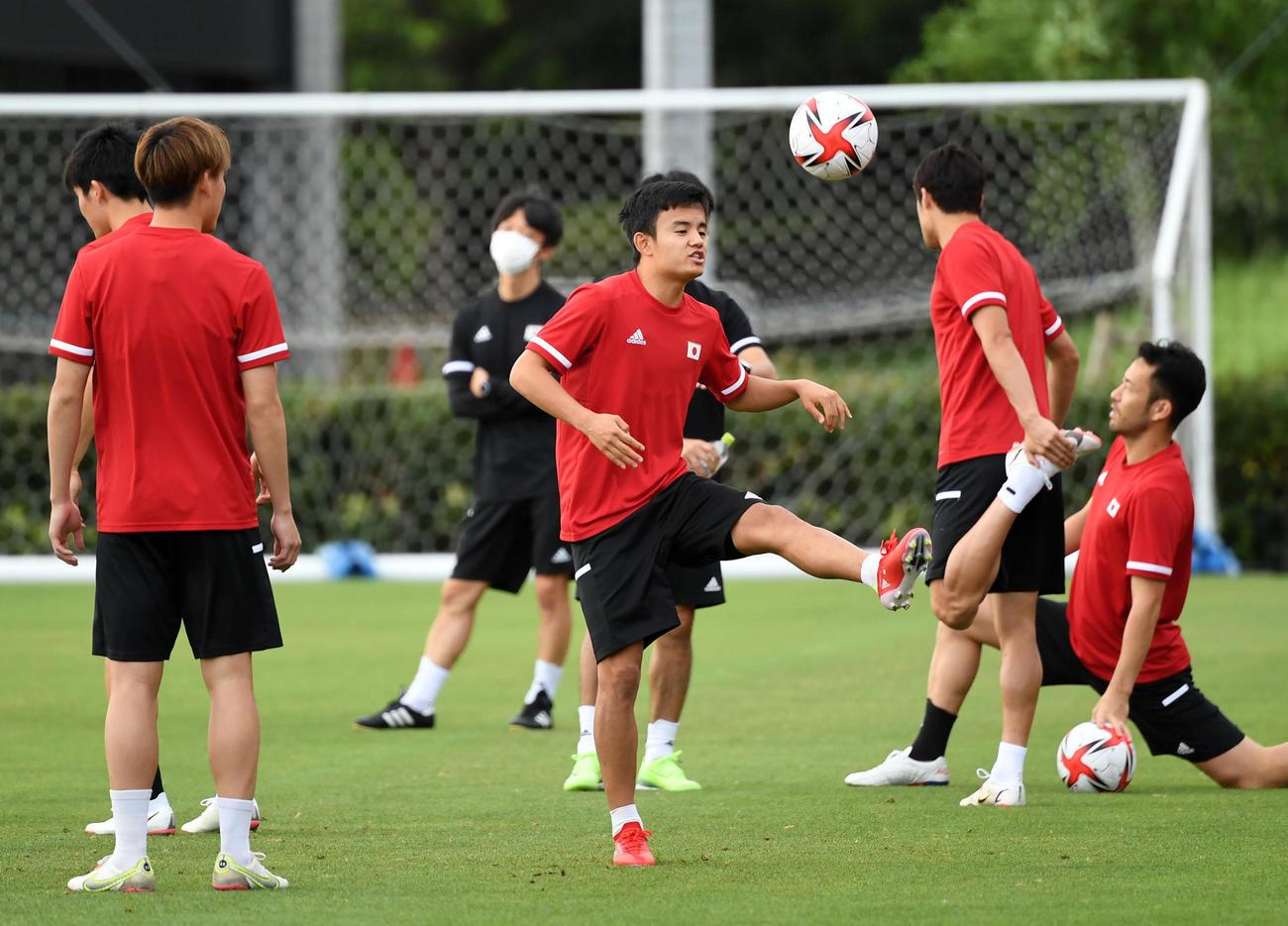 ボール回しをする久保(中央)(撮影・横山健太)