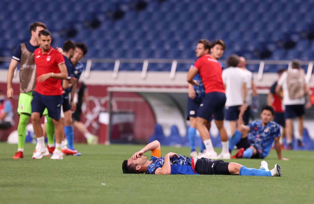 日本対スペイン 延長の末スペインに敗れ、ピッチに倒れ込む吉田(手前下)(撮影・河野匠)