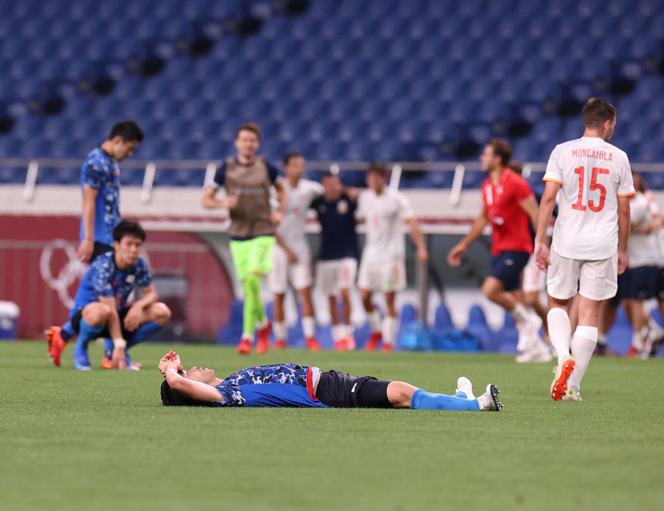 日本対スペイン 延長の末スペインに敗れ、ピッチに倒れ込む吉田(撮影・河野匠)