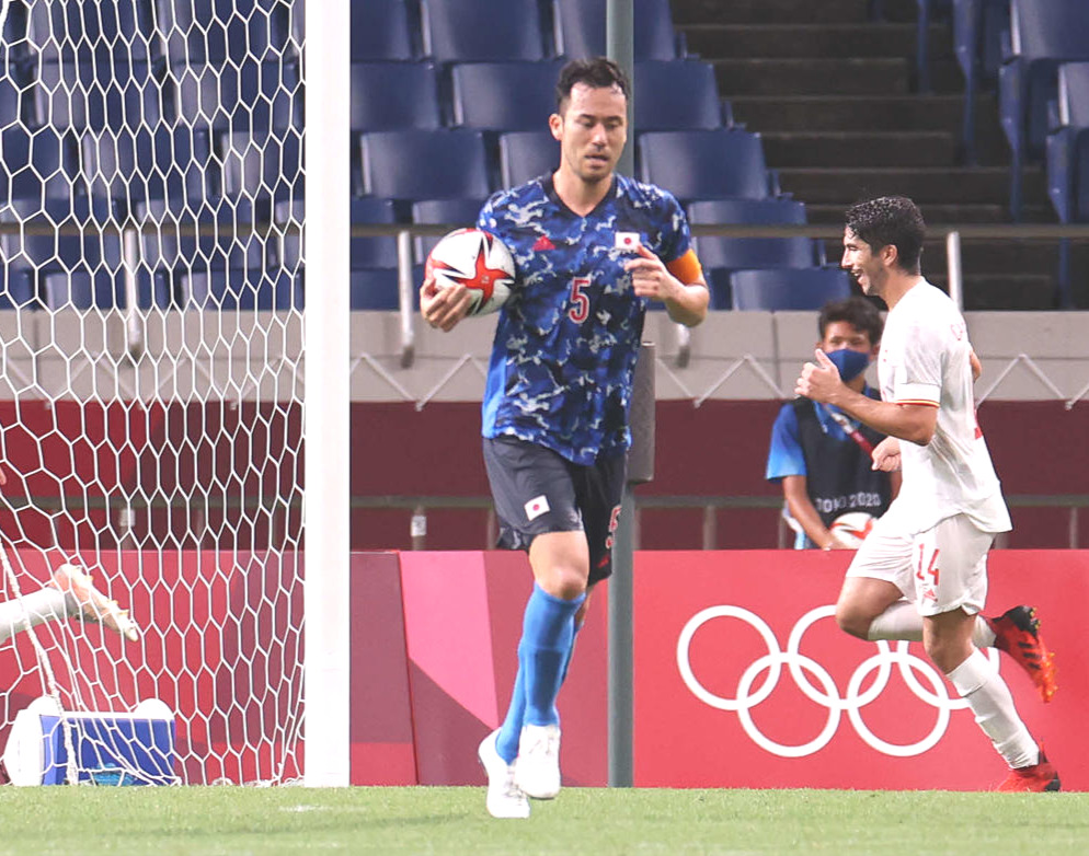 日本対スペイン延長後半 ゴールを決められた後、ボールを持ちリスタートへ走る吉田麻也(撮影・河野匠)