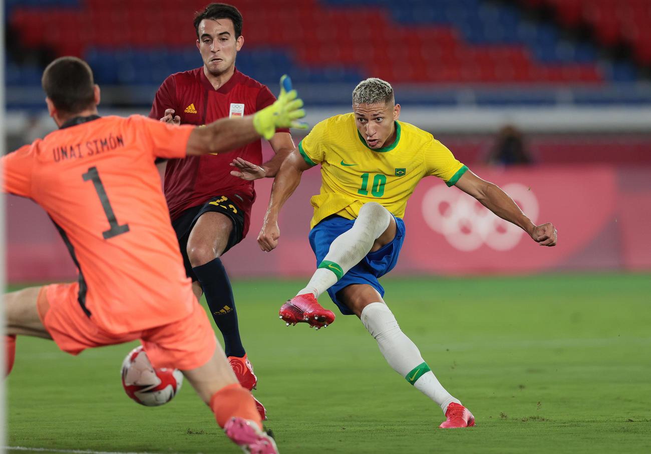 ブラジル対スペイン 後半、シュートを放つブラジルのリシャルリソン(右)(撮影・前田充)