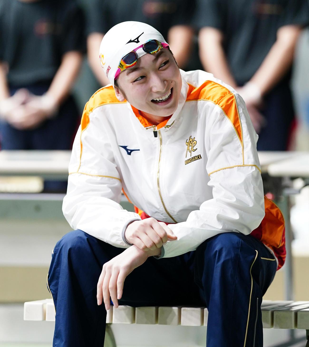 女子100メートル自由形決勝、レースを前に仲間からエールを送られ笑顔を見せる池江(代表撮影)