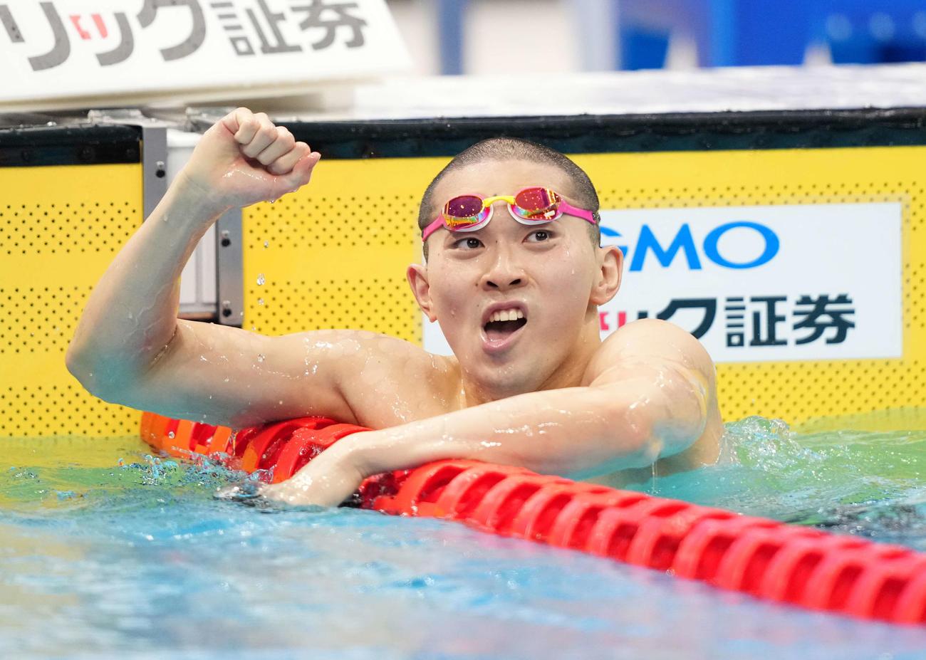 男子400メートル個人メドレーで東京五輪代表内定を決め、ガッツポーズする井狩(撮影・鈴木みどり)