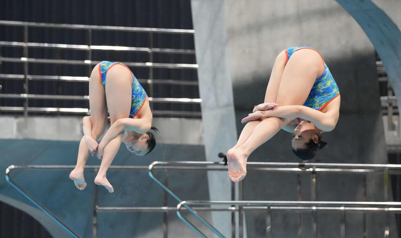 女子シンクロ板飛び込み予選で演技する榎本(右)と宮本(撮影・鈴木みどり)
