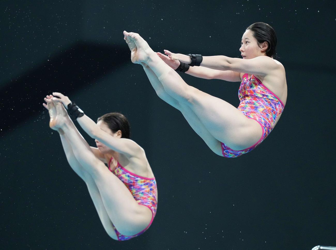 女子シンクロ高飛び込み決勝で演技する板橋(右)と荒井(撮影・鈴木みどり)