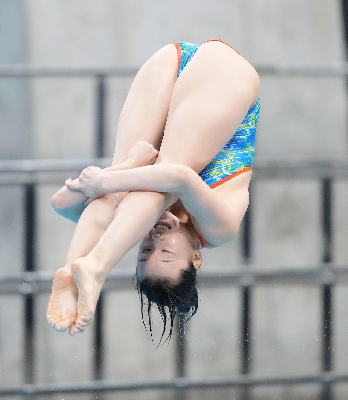 女子板飛び込み準決勝で演技する三上(撮影・鈴木みどり)
