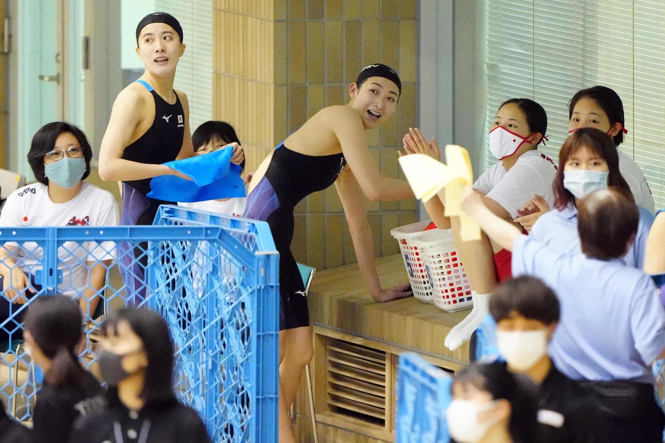 女子100メートル背泳ぎ決勝、レースを終え引き揚げる池江(中央)。左奥から2人目は大橋(代表撮影)