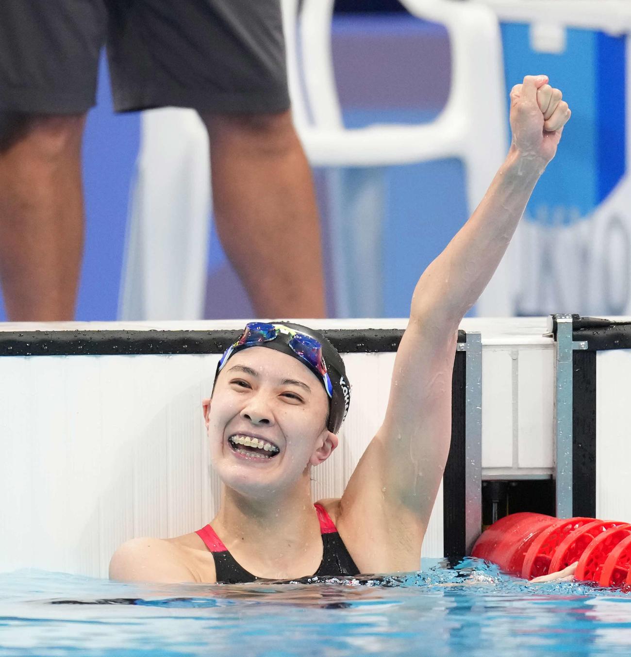 女子200メートル個人メドレー決勝 金メダルを獲得し笑顔でガッツポーズする大橋(撮影・鈴木みどり)