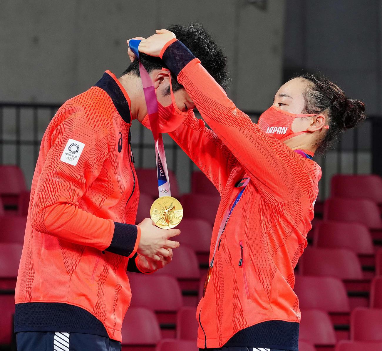 卓球混合ダブルス表彰式で水谷(左)に金メダルをかける伊藤(撮影・江口和貴)