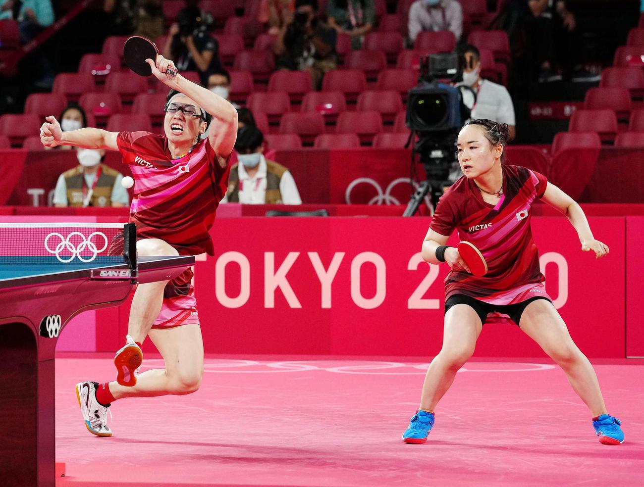 卓球混合ダブルス決勝、第5セットに臨む水谷(左)、伊藤組(撮影・江口和貴)