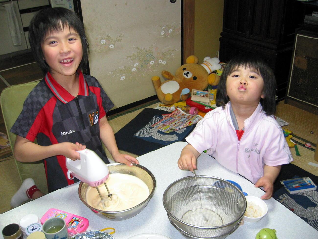 08年4月、自身8歳の誕生日ケーキを作る平野美宇(左)と次女の世和ちゃん