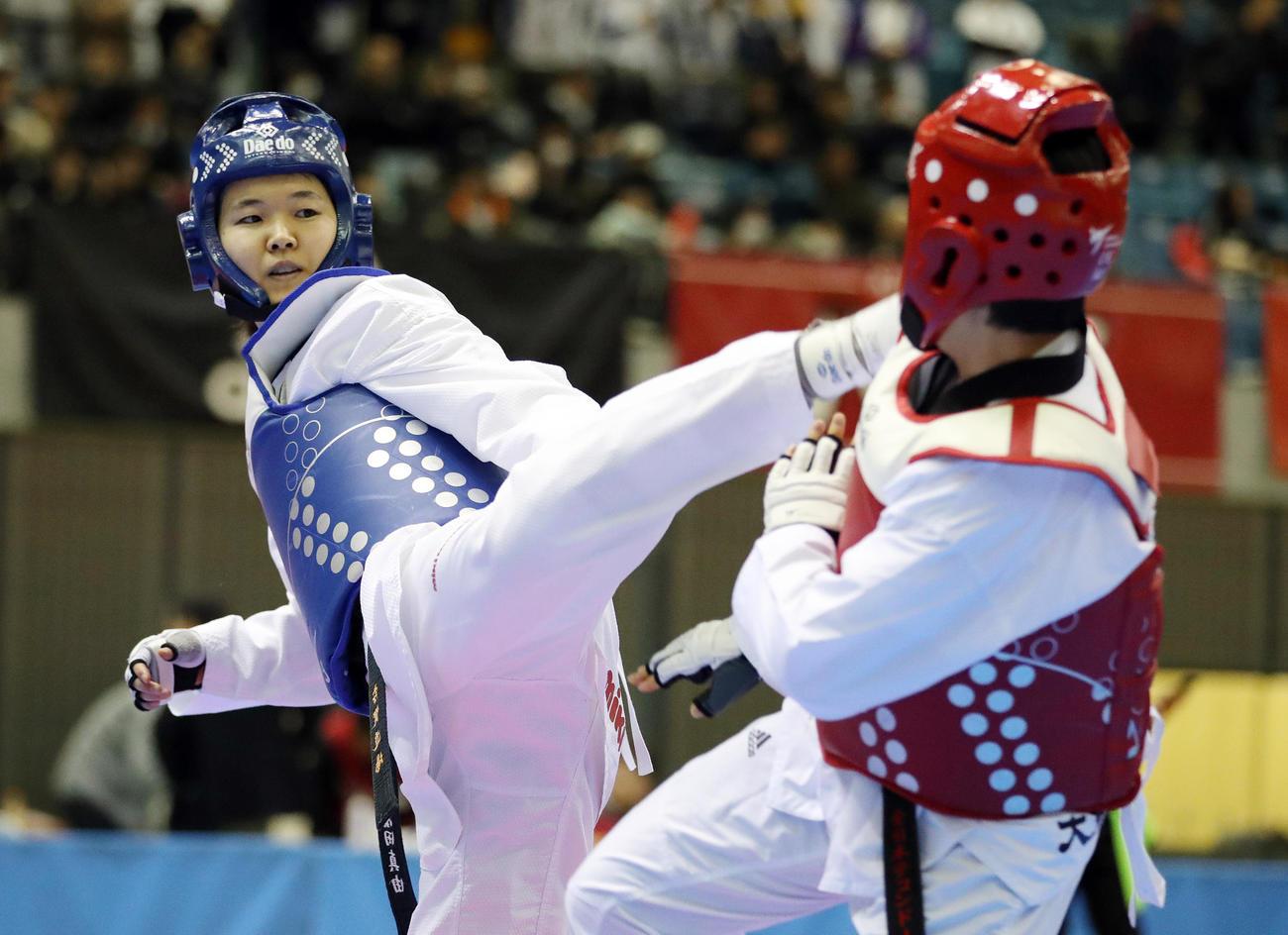 19年の全日本テコンドー選手権女子62キロ級で石井佑佳(右)を攻める浜田真由