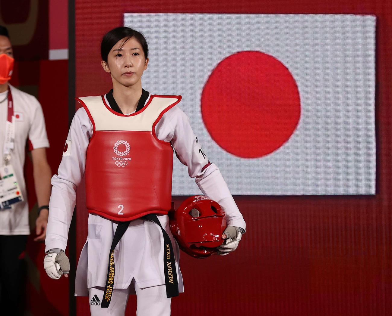 女子49キロ級3位決定戦、日の丸を背に入場する山田(撮影・河野匠)