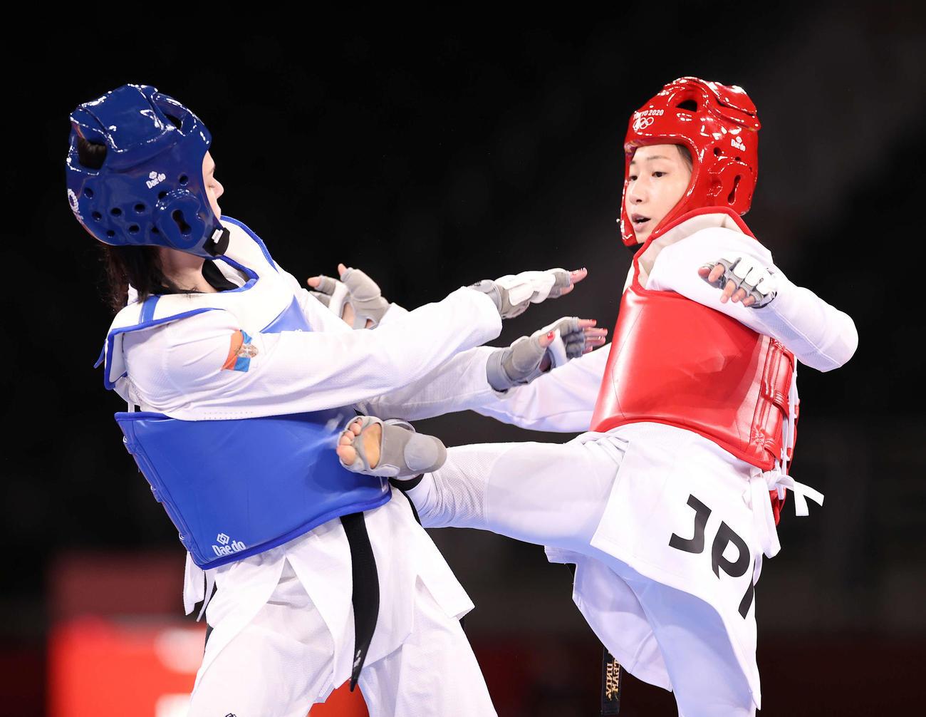 女子49キロ級3位決定戦、ボグダノヴィッチ(左)を攻める山田(撮影・河野匠)