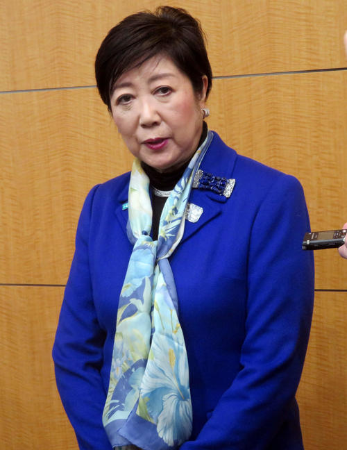 Photo of Governor Koike talks with Chairman Mori 交換 Exchange information including torch relay