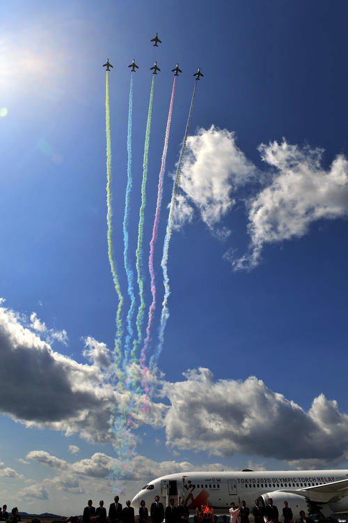 """Photo of """"Reconstruction symbol"""" cheers and applauds the blue impulse"""