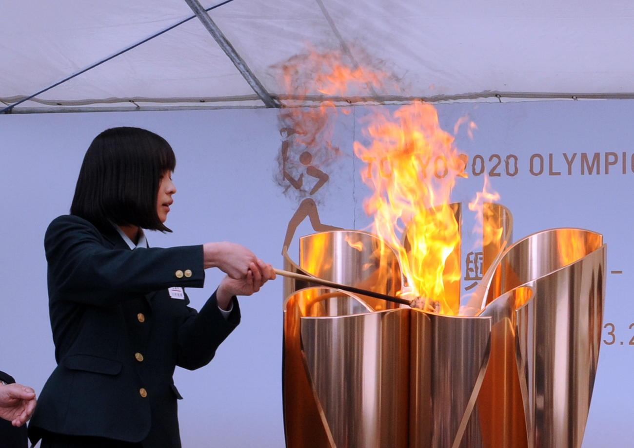 東日本大震災で被災した川村さんは聖火皿に「復興の火」を灯す
