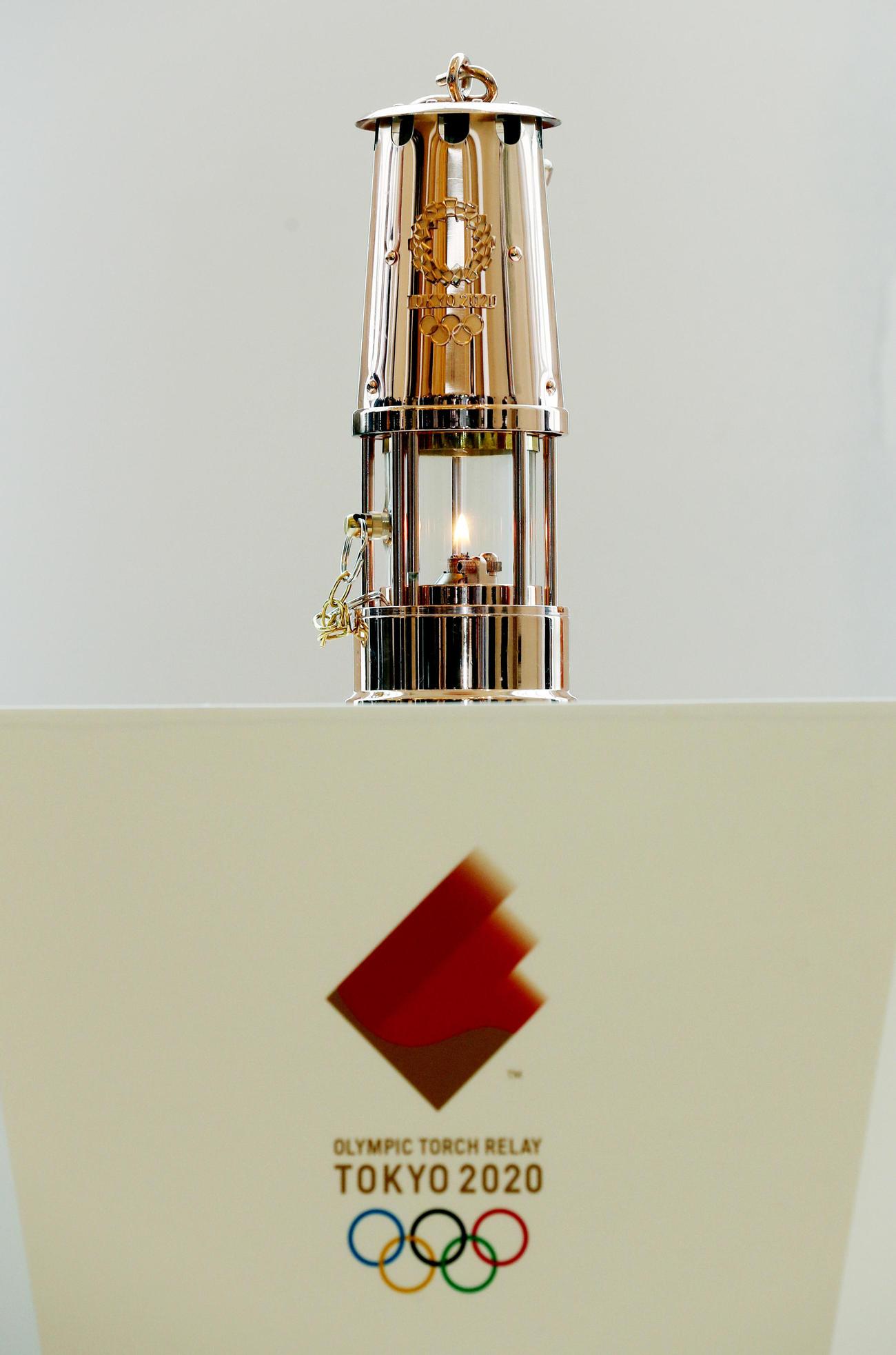 福島・Jヴィレッジで一般展示される東京五輪の聖火=2020年4月1日(撮影・野上伸悟)
