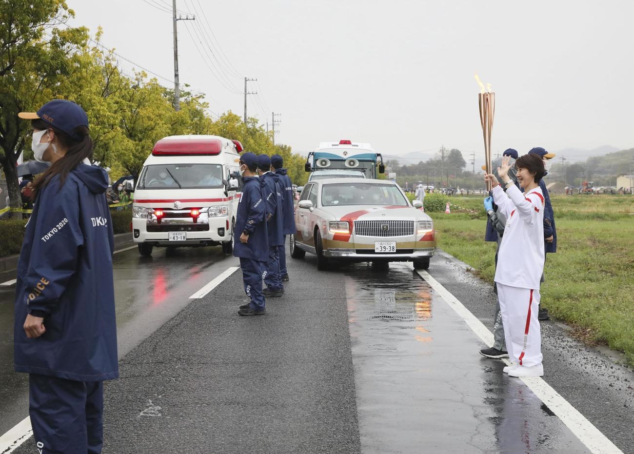 救急車の通過により一時中断した聖火リレー(代表撮影)
