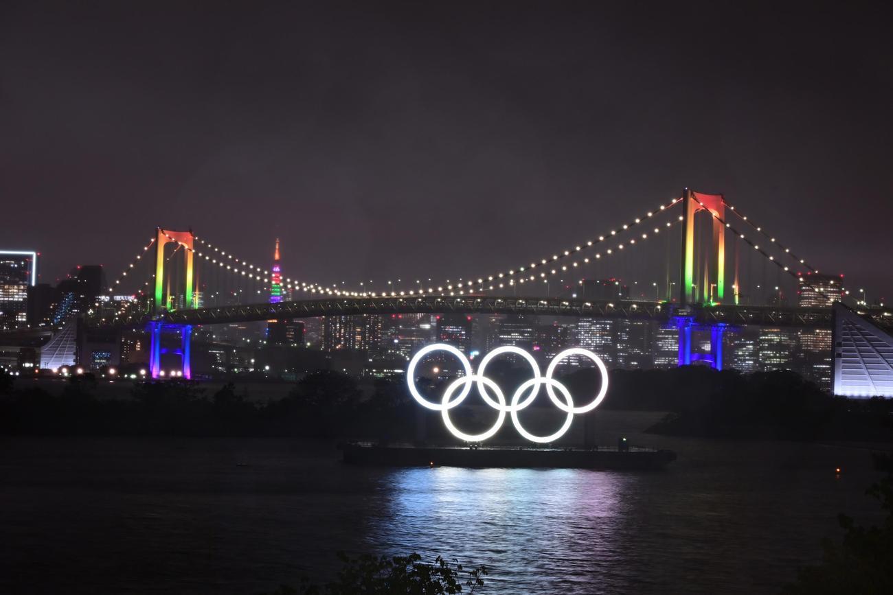 東京五輪・パラリンピック大会100日前イベントでライトアップされるレインボーブリッジ(2021年4月14日撮影)