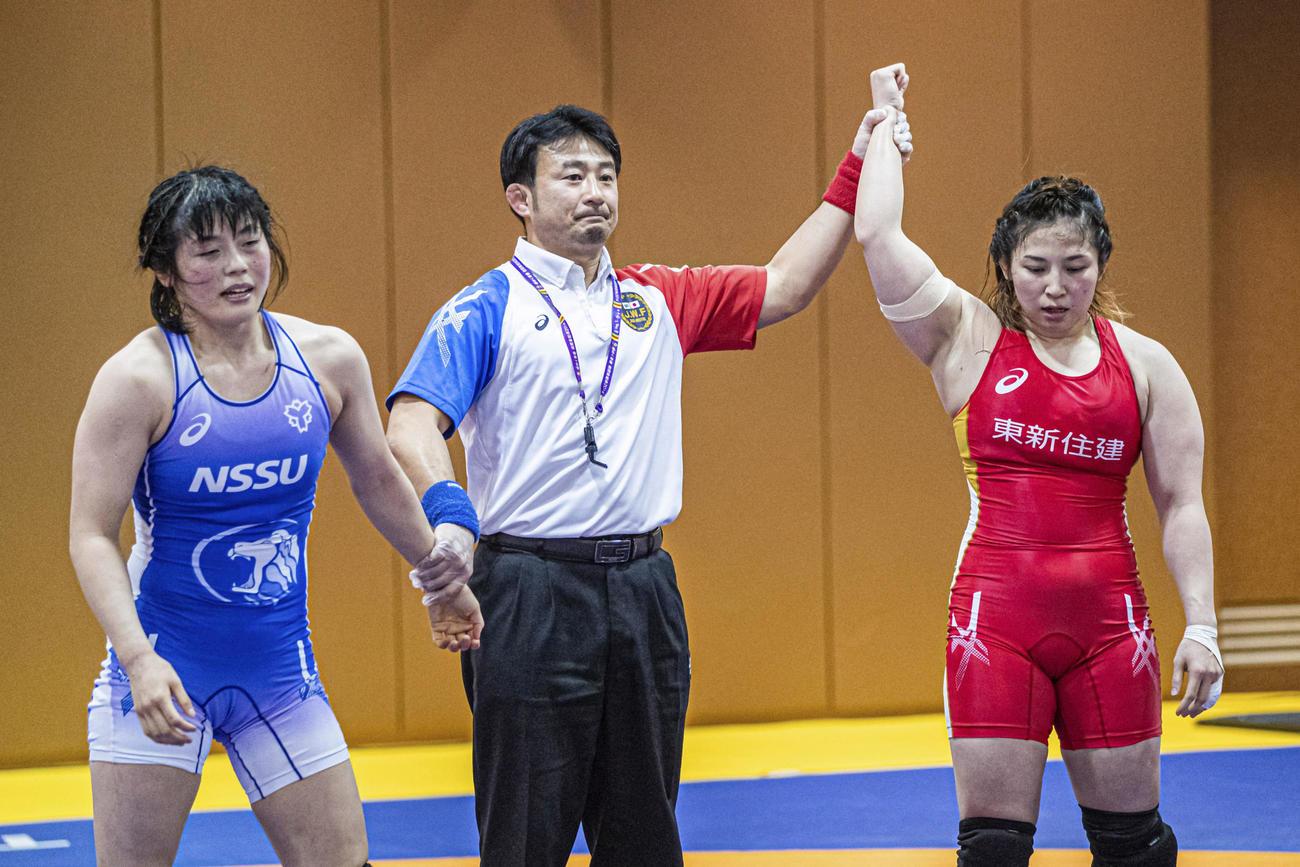 森川美和(左)に勝利し勝ち名乗りを受ける土性沙羅(C)JWF/Sachiko HOTAKA