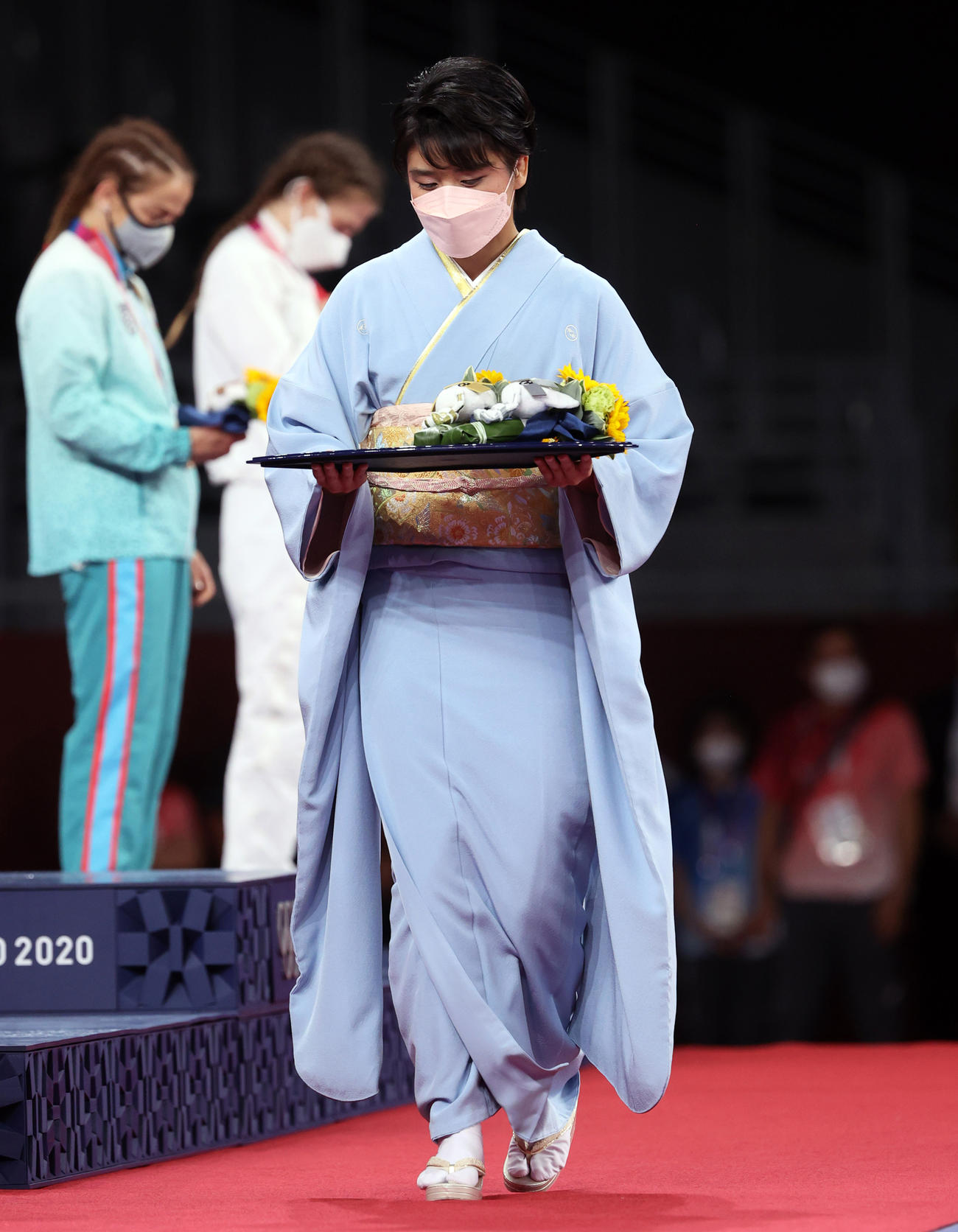女子フリースタイル50キロ級の表彰式にプレゼンターとして着物姿で登場した伊調馨さん(撮影・パオロ・ヌッチ)