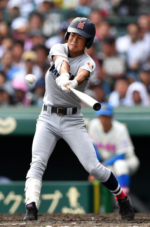 2018年8月14日、花咲徳栄戦で適時打を放つ横浜・遠藤圭吾