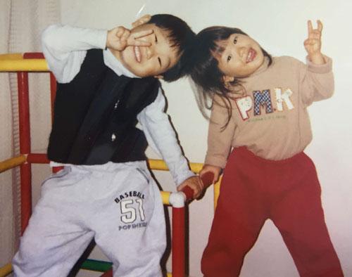 子供の頃の兄・龍星(左)とのツーショット