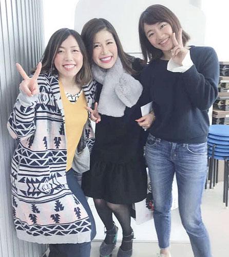 先輩の西坂香松(左)とトークショーに出演。中央は司会の村上志津香さん(本人提供)