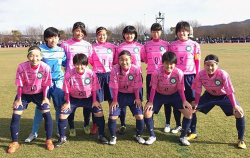 大阪学芸高3年の時に全日本高校女子サッカー選手権に出場(前列左端が高憧四季)