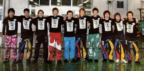 新鋭王座卒業年の10年浜名湖で92期同期との記念写真(本人提供)