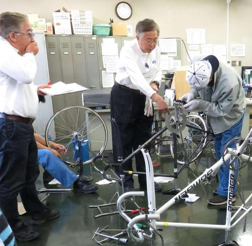 検車室で検査される落車後の自転車。奥の黒色が安藤孝正が使用している自転車
