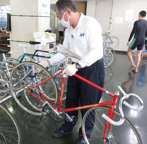レース前に検車員が自転車を検査する様子