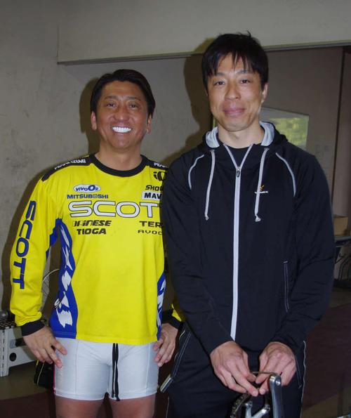予選回りの伏見俊昭(右)が有坂直樹に慰められた