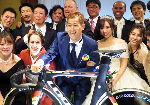ナショナルチームの仲間、関係者らに祝福される脇本雄太(手前左から3人目)と麻里奈夫人(撮影・山本幸史)