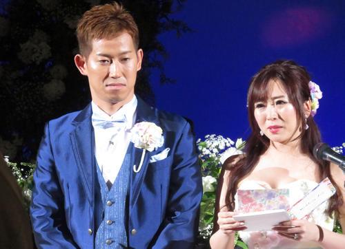 両親への手紙を読む麻里奈さん(右)と脇本雄太(撮影・山本幸史)