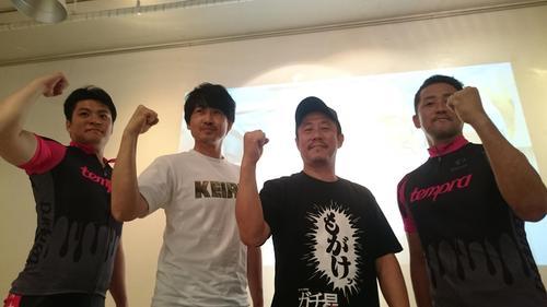 映画「ガチ星」の公開イベントでポーズを取る4人。左から佐藤龍二、主役の安部賢一、江口カン監督、石井毅(18年5月18日撮影)