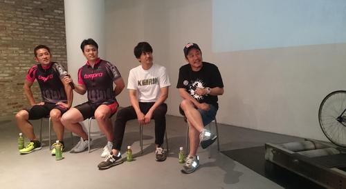 息の合った掛け合いでトークショーは爆笑だった。左から石井毅、佐藤龍二、安部賢一、江口カン監督(18年5月18日撮影)