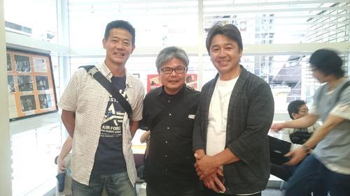 映画を鑑賞後、元競輪選手の菅沼清二さん(左)と松本雅彦さん(右)とスリーショット撮影。2人とも現役時代と変わらず若々しい(18年5月30日撮影)