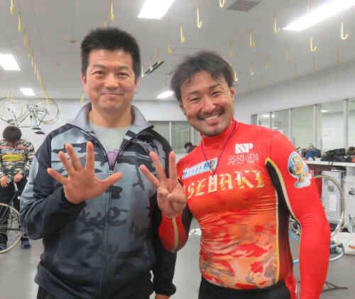 今年4月3日、53歳のバースデーに後輩の伊勢崎彰大選手(右)と「53」をつくる鈴木誠選手